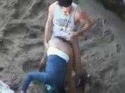Casal flagrado trepando na praia