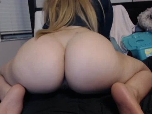 Loira bunduda deliciosa na webcam