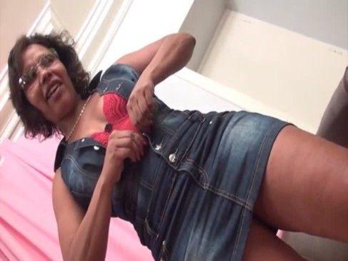 Coroa gostosa fazendo seu primeiro porno