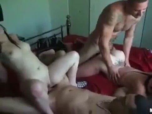 Casais fazendo sexo e troca no mesmo ambiente