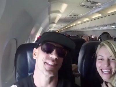 Namorada pagando boquete dentro do aviao lotado