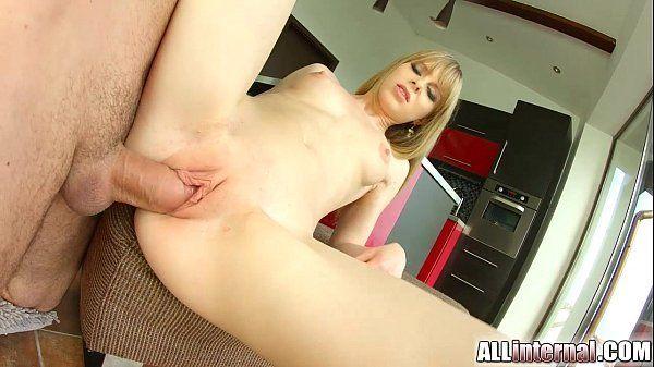Novinha linda com bucetinha lisa apertadinha