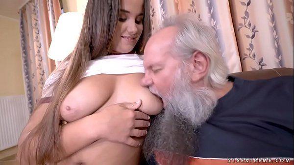 Putaria em familia avô comendo neta novinha gostosa