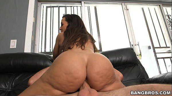 Famosa do porno com peitões grandes e bunda enorme fazendo sexo quente