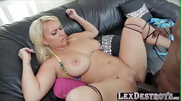 Vídeo de negão comendo loira gostosa e fazendo ela gemer