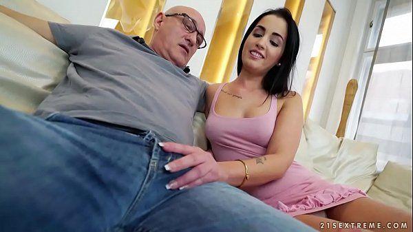 Sexo incesto com sobrinha safada dando pro tio velho