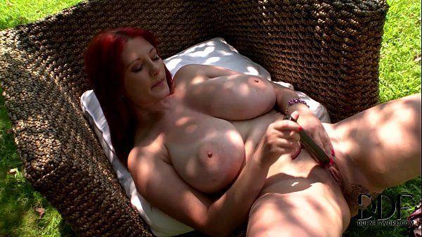 Ruiva peitudona em vídeo solo masturbando a buceta